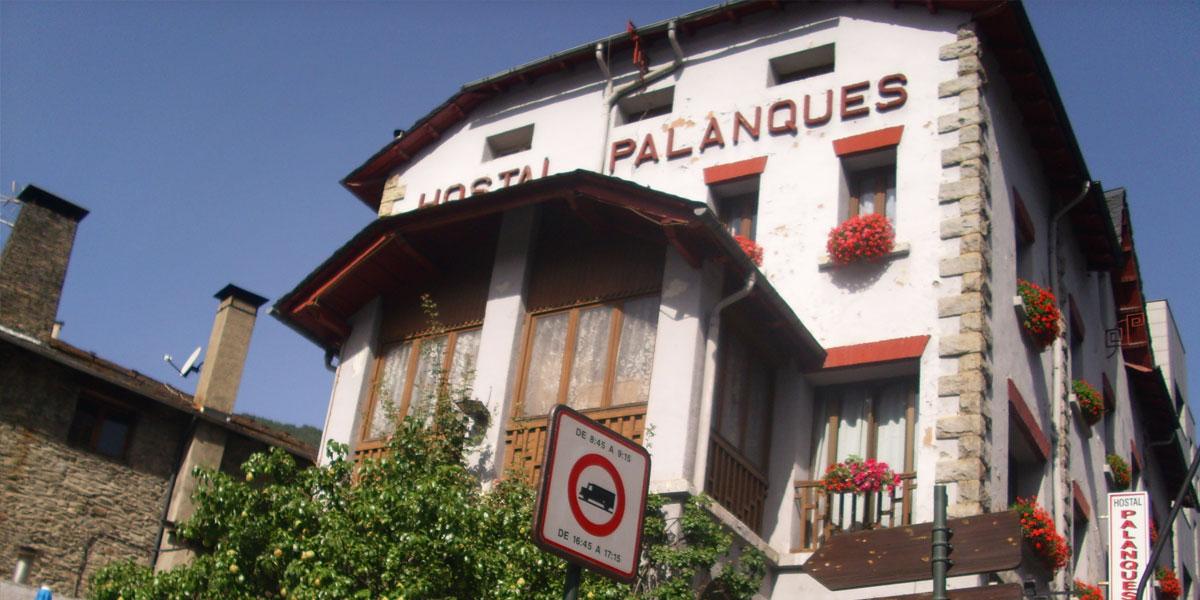 Ventanas de madera nuevas en el Hostal Palanques de Andorra aislamiento térmico y acústico