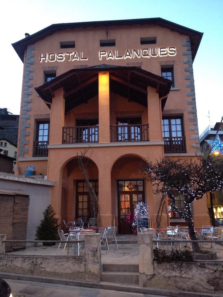 Ventanas de madera nuevas en el Hostal Palanques de Andorra