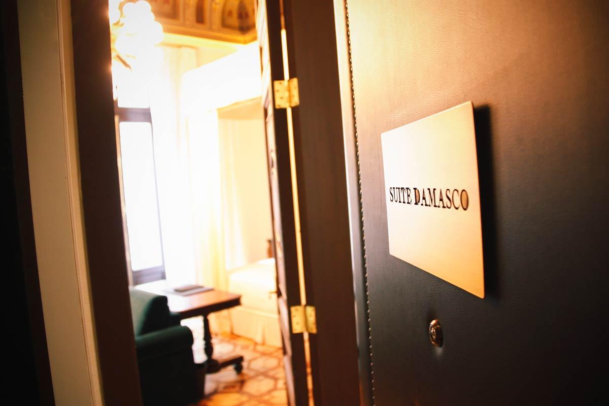 ventana de madera en el Hotel Cotton House Hotel Barcelona-habitación lujo suite Damasco ventanas rústicas a medida