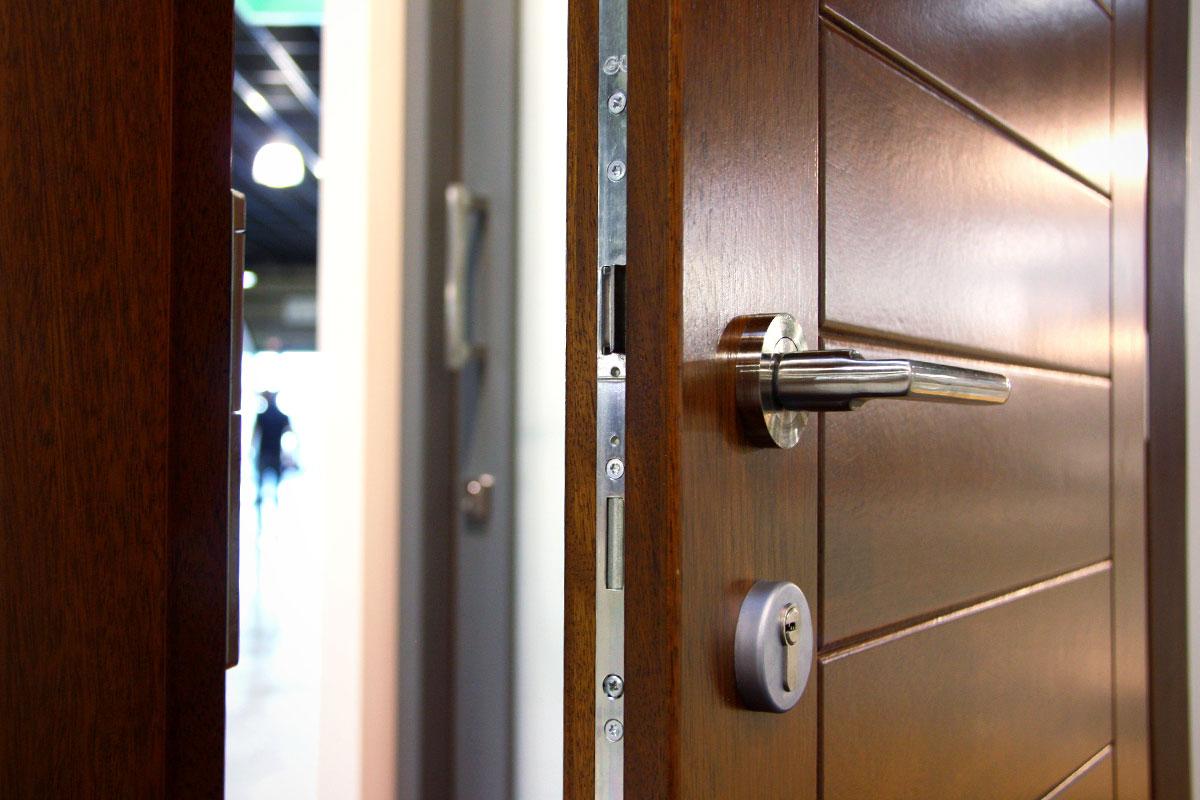 exposición ventanas mixtas de madera y aluminio catálogo fabrica de ventanas y cerramientos Carreté Finestres en ExproReus-puerta de seguridad