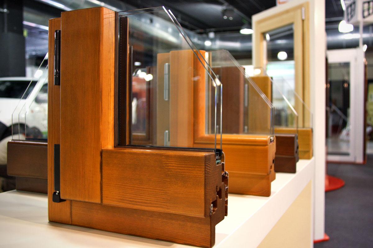 exposición ventanas mixtas de madera y aluminio catálogo fabrica de ventanas y cerramientos Carreté Finestres en ExproReus-castaño iroko pino