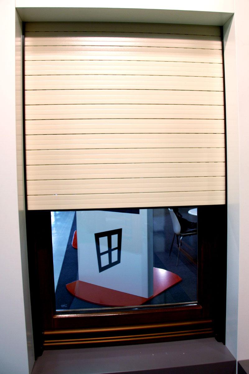 exposición ventanas mixtas de madera y aluminio catálogo fabrica de ventanas y cerramientos Carreté Finestres en ExproReus-persiana eléctrica