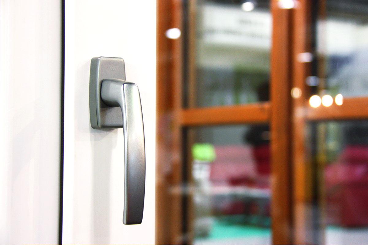 exposición ventanas mixtas de madera y aluminio catálogo fabrica de ventanas y cerramientos Carreté Finestres en ExproReus- Eficiente 78 blanca