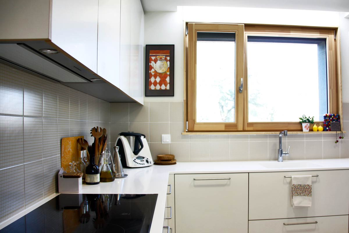 Venta de ventanas de madera herméticas oscilobatientes y correderas-cierres de cocina