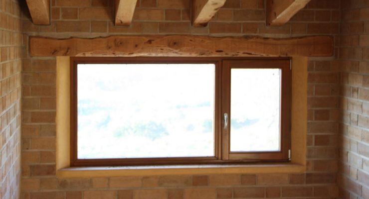 Casa ecológica con ventanas de madera en el Penedés