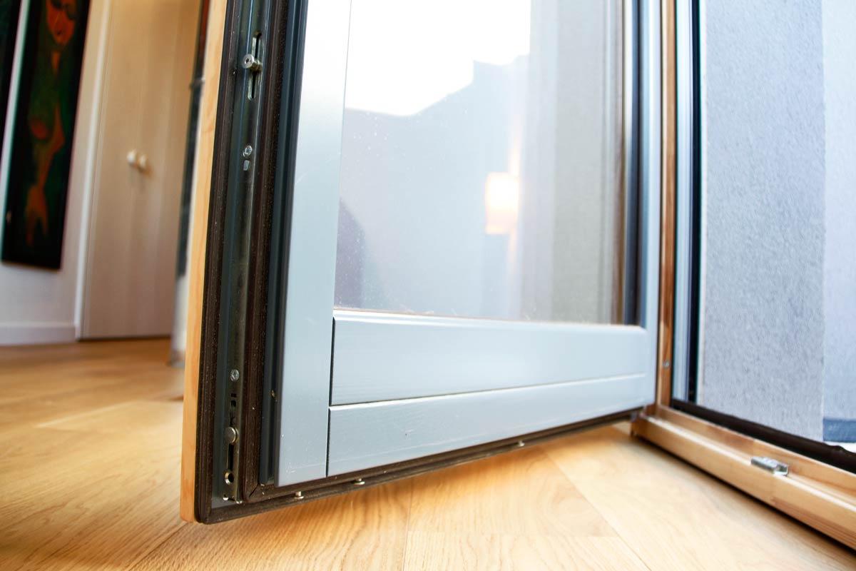 finestra de fusta de pi natural acabat mat model Silva 68 de fàcil obertura i manteniment a Lleida