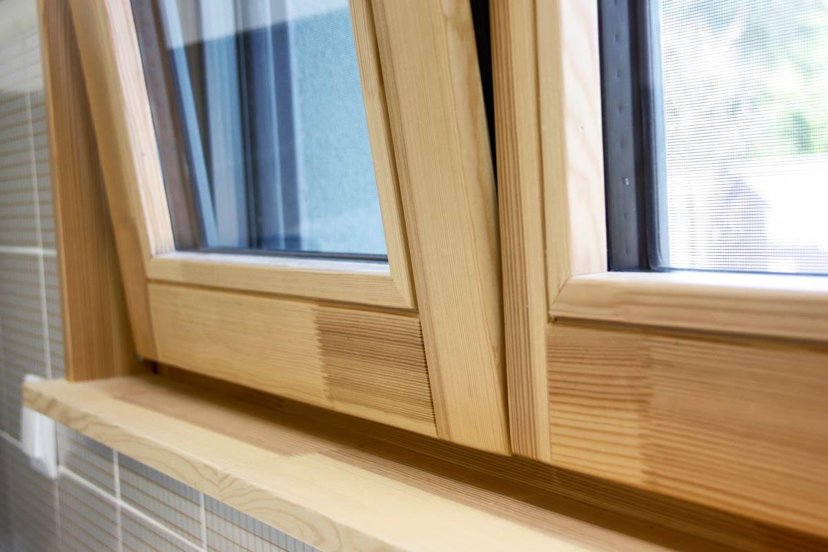 ventanas de madera ecológica de pino natural con cierre de seguridad y aislamiento acústico y térmico-cocina