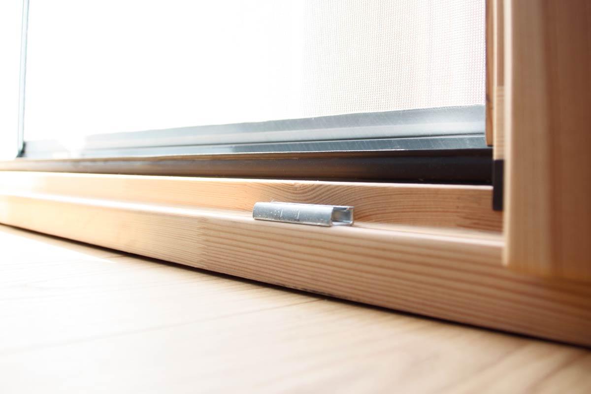 finestra de fusta ecològica de pi natural model Silva 68 amb mosquitera de fàcil aperturta i manteniment a Lleida