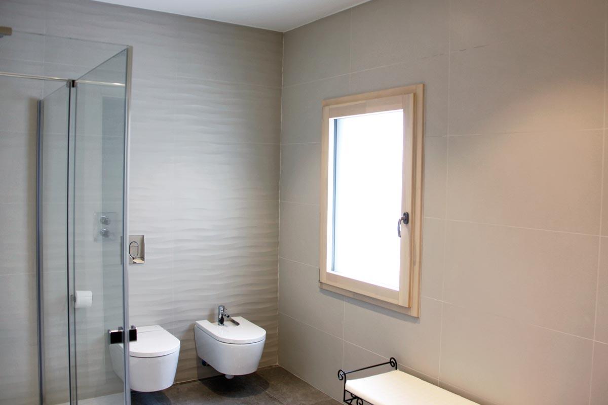 ventanas de madera aluminio y mixtas en Vilanova i la Geltru(Garraf) por Carreté Finestres-baño