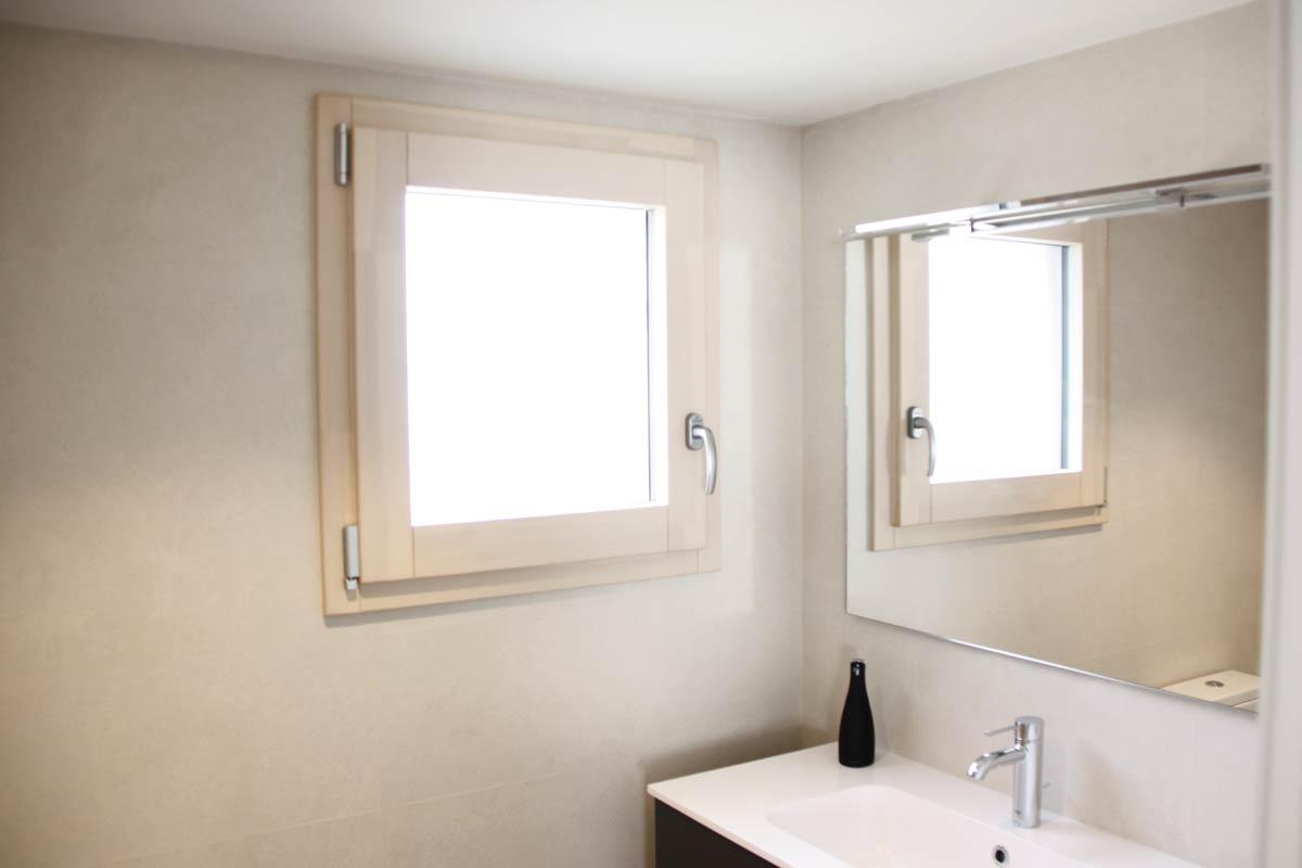 ventanas de madera aluminio y mixtas en Vilanova i la Geltru(Garraf) por Carreté Finestres-ventana mixta baño