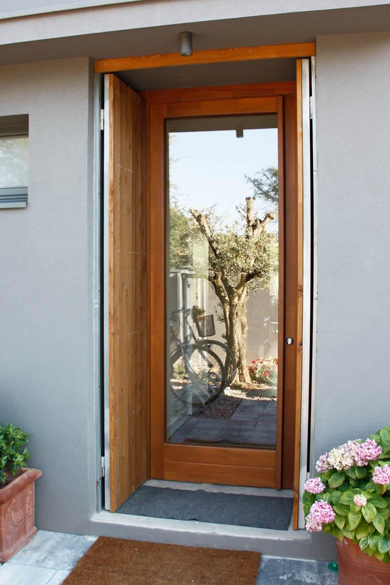 puerta de entrada de madera de pino, cierre hermético y aislamiento térmico en Lleida
