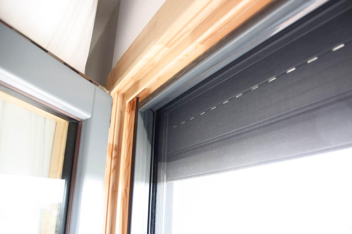 finestra de fusta amb persiana i mosquitera, finestra fabricada per Carreté Finestres model Silva 68, casa reformada a Lleida