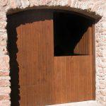 Carreté Finestres - puerta de entrada de madera en casa rural