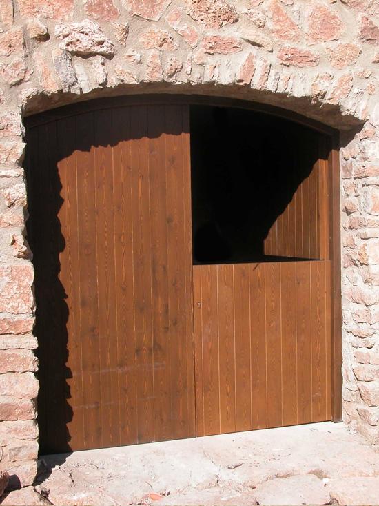 Carreté Finestres - porta d'entrada de fusta a casa rural
