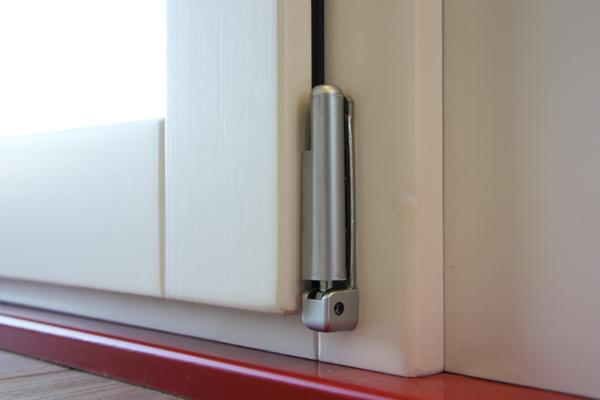 Carreté finestres - detalle frontal de ventana de madera color blanco
