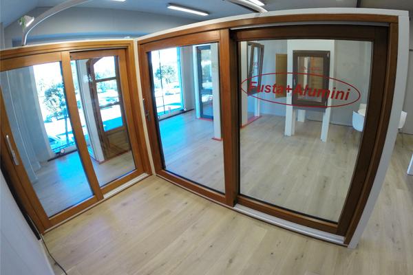 exposició de finestres de fusta i alumini (finestra mixta) de Carreté Finestres a la Selva del Camp