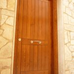 Carreté Finestres -puerta de entrada de madera clásica