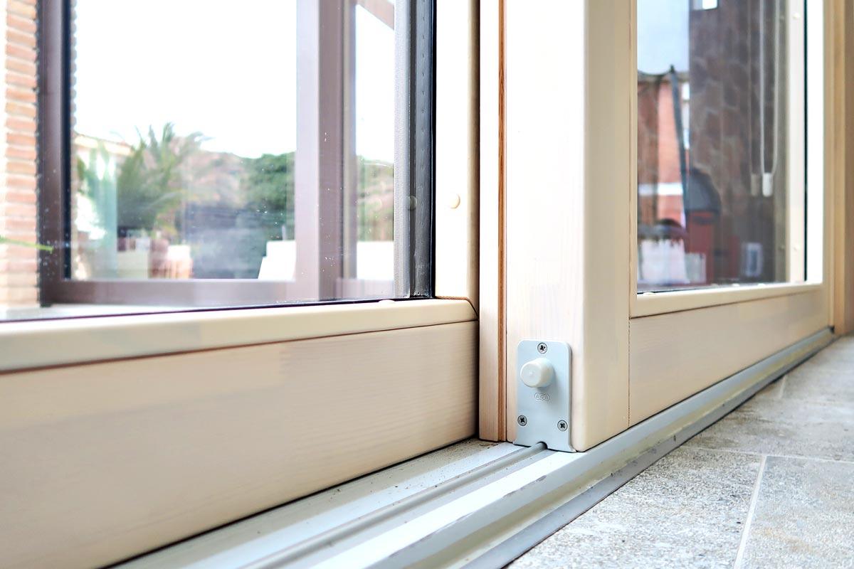 ventana corredera elevable de madera y aluminio con herrajes AGB en les Terres de l'Ebre - Carreté Finestres