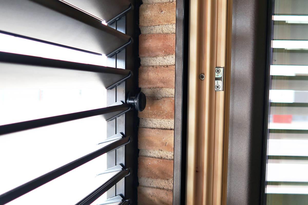 ventana de madera y aluminio con persiana regulable orientable en la Ribera d'Ebre - Carreté Finestres