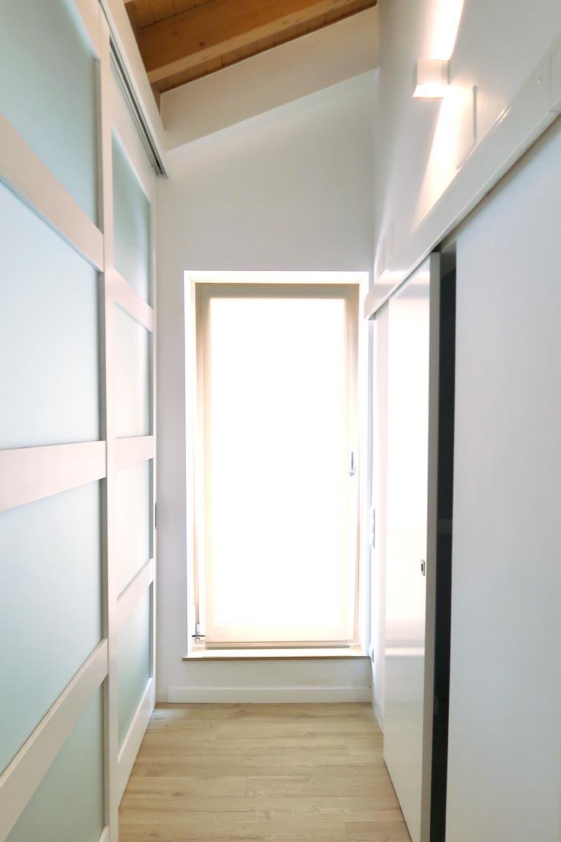 ventana de madera y aluminio practicable con acceso a terraza exterior - Carreté Finestres