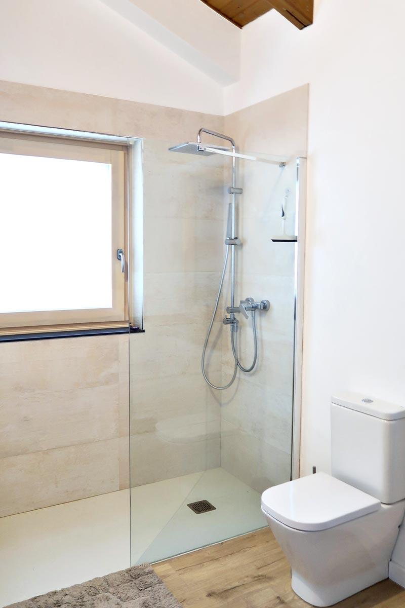 ventana de madera y aluminio oscilo batiente en baño - Carreté Finestres