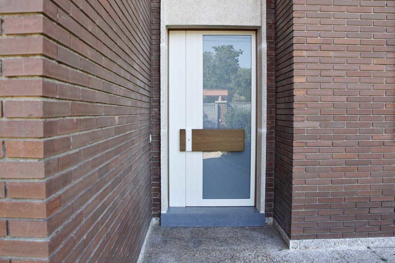 puerta de entrada de madera blanca para casa de diseño en Reus