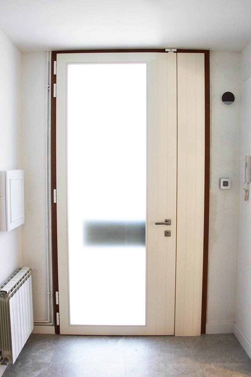 puerta de entrada principal de madera para casa en Reus