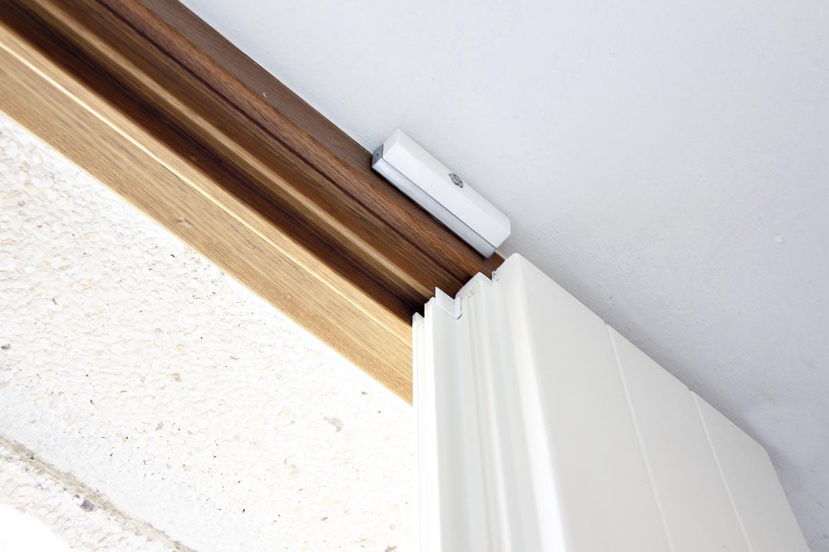 puerta de entrada de madera de diseño (interiorista) en casa de Reus - Carreté Finestres