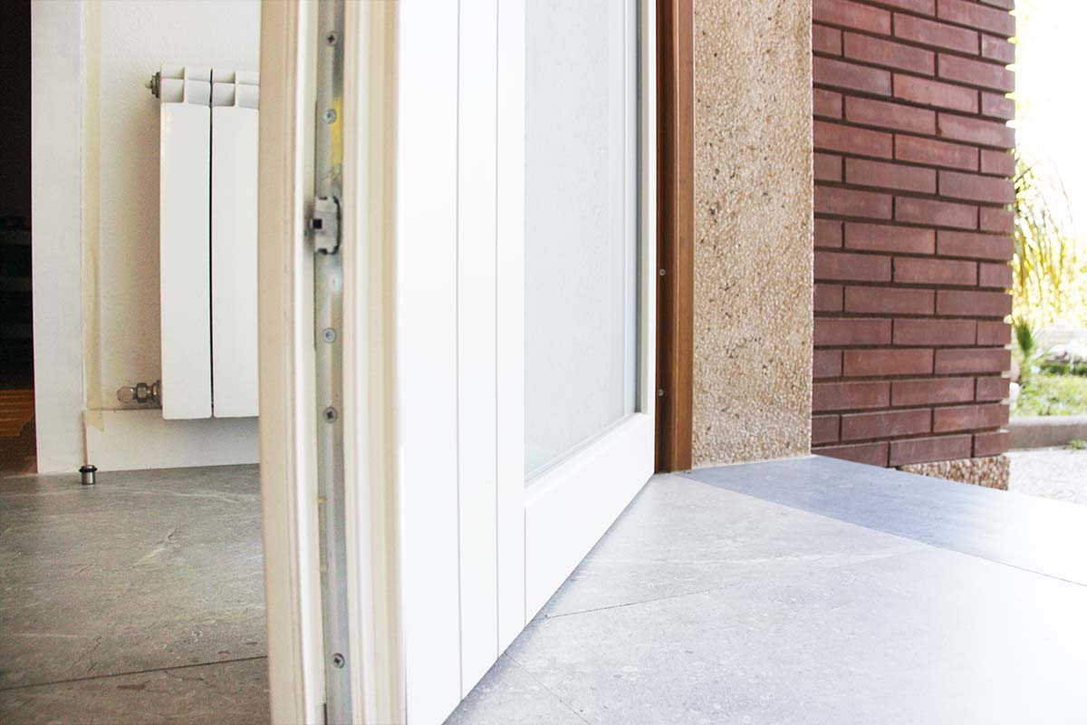 puerta de entrada con herrajes Gretsch-Unitas en casa de Reus - Carreté Finestres