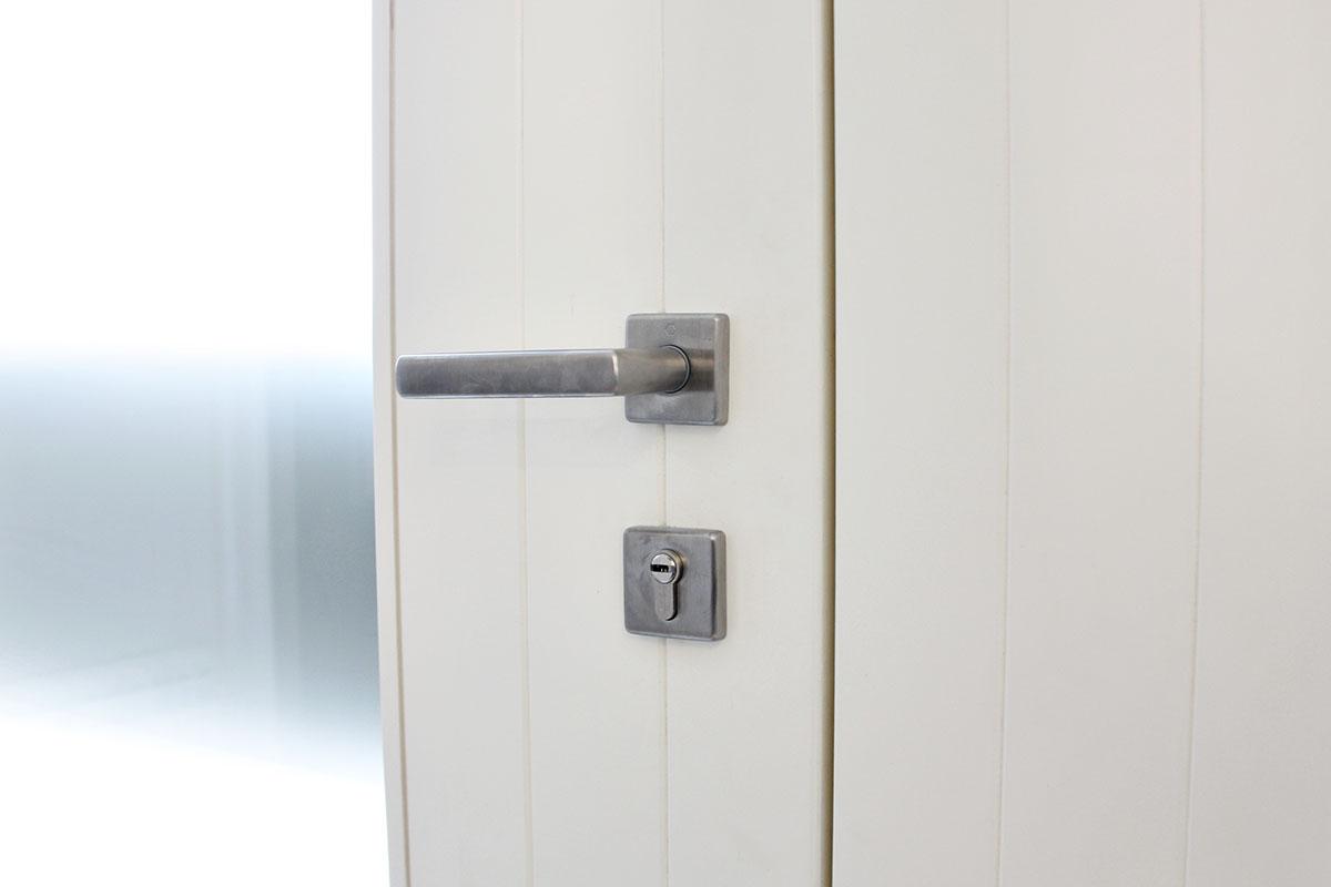 puerta de entrada principal con seguridad de madera con lacado blanco en casa de Reus - Carrete Finestres