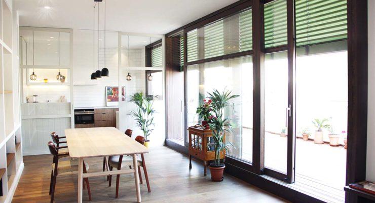 Ático con ventanas de madera en Barcelona