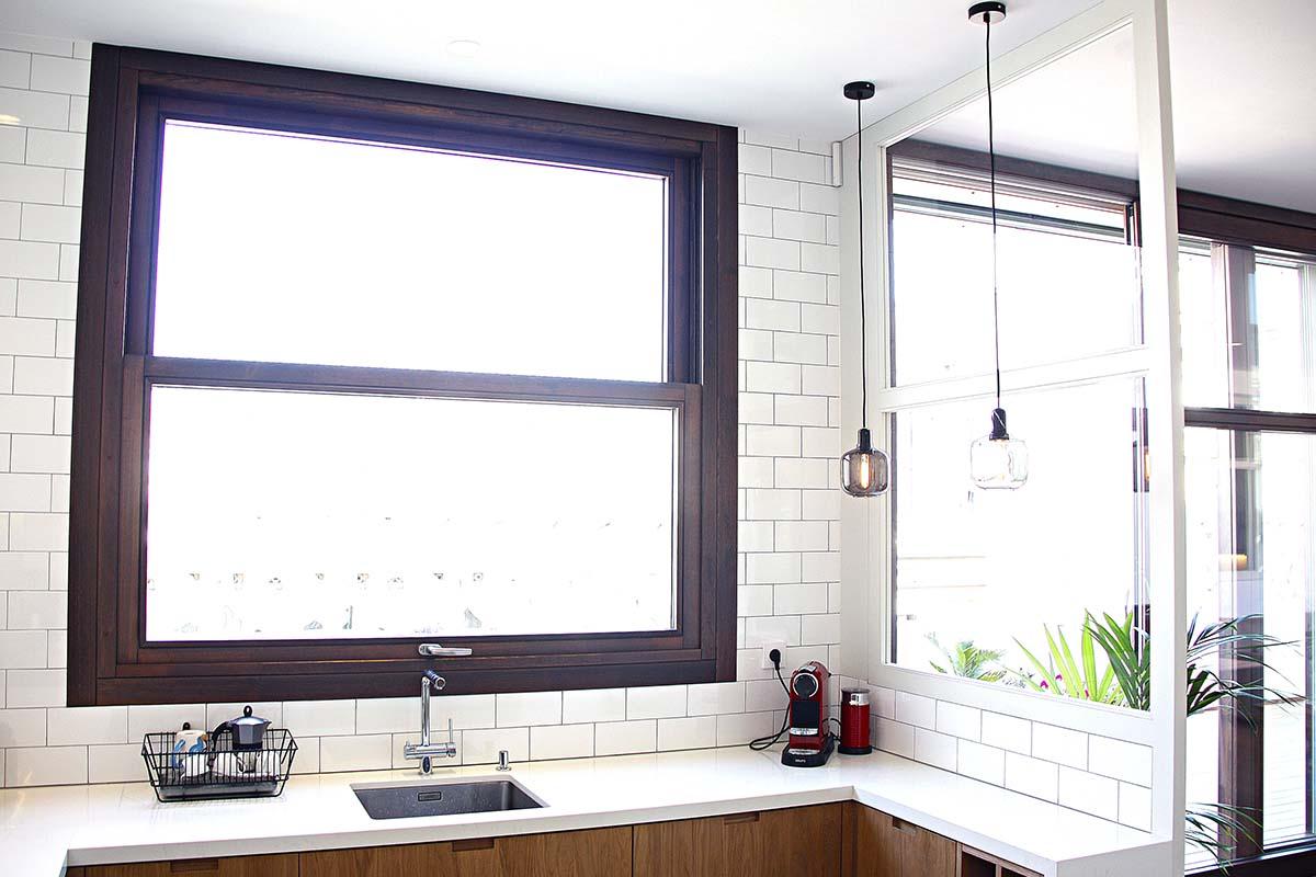 fabricació i instal·lació de finestra de fusta amb guillotina en cuina de disseny a Barcelona - Carreté Finestres