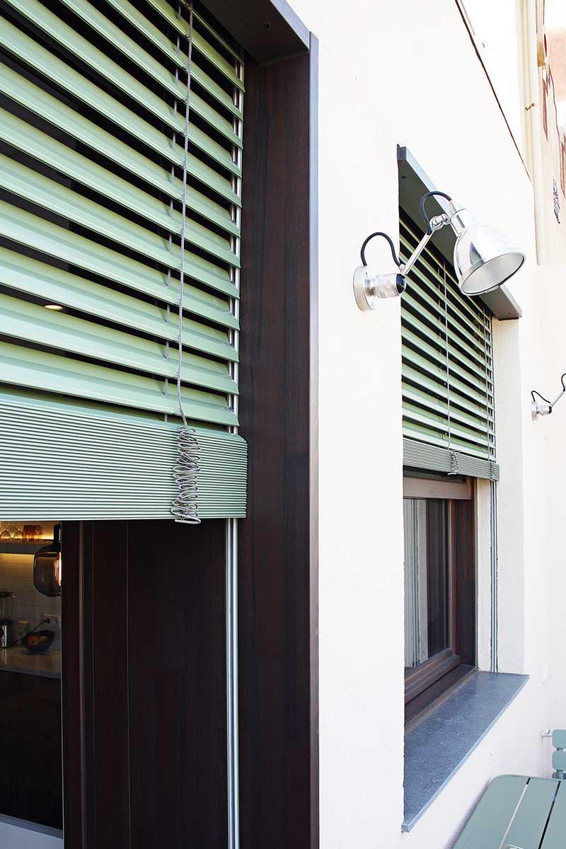 fabricació i instal·lació de finestres de fusta exterior amb control solar i persiana motoritzada de lama mòbil a Barcelona - Carreté Finestres