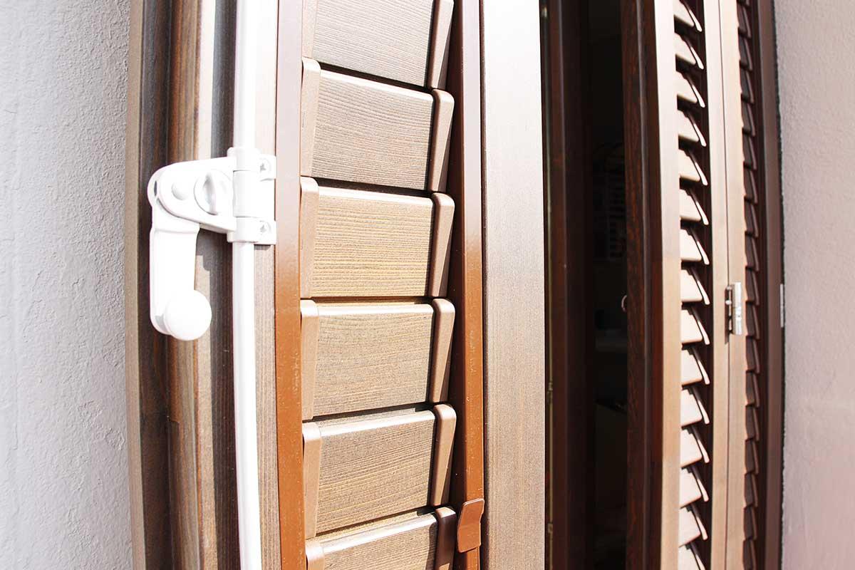 instal·lació de mallorquines de lama mòbil de fusta de pi a Barcelona - ferratge laura 70 - Carreté Finestres
