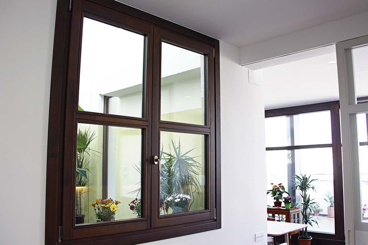 finestra de fusta de pi de flandes clàssica a Barcelona - Carreté Finestres
