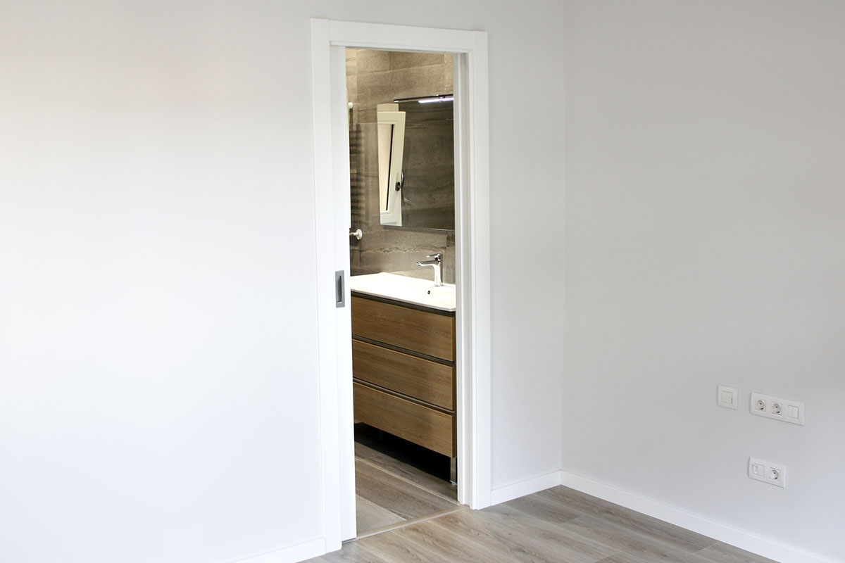 habitación con baño privado en piso en Sant Gervasi de Barcelona con ventanas de madera - Carreté Finestres