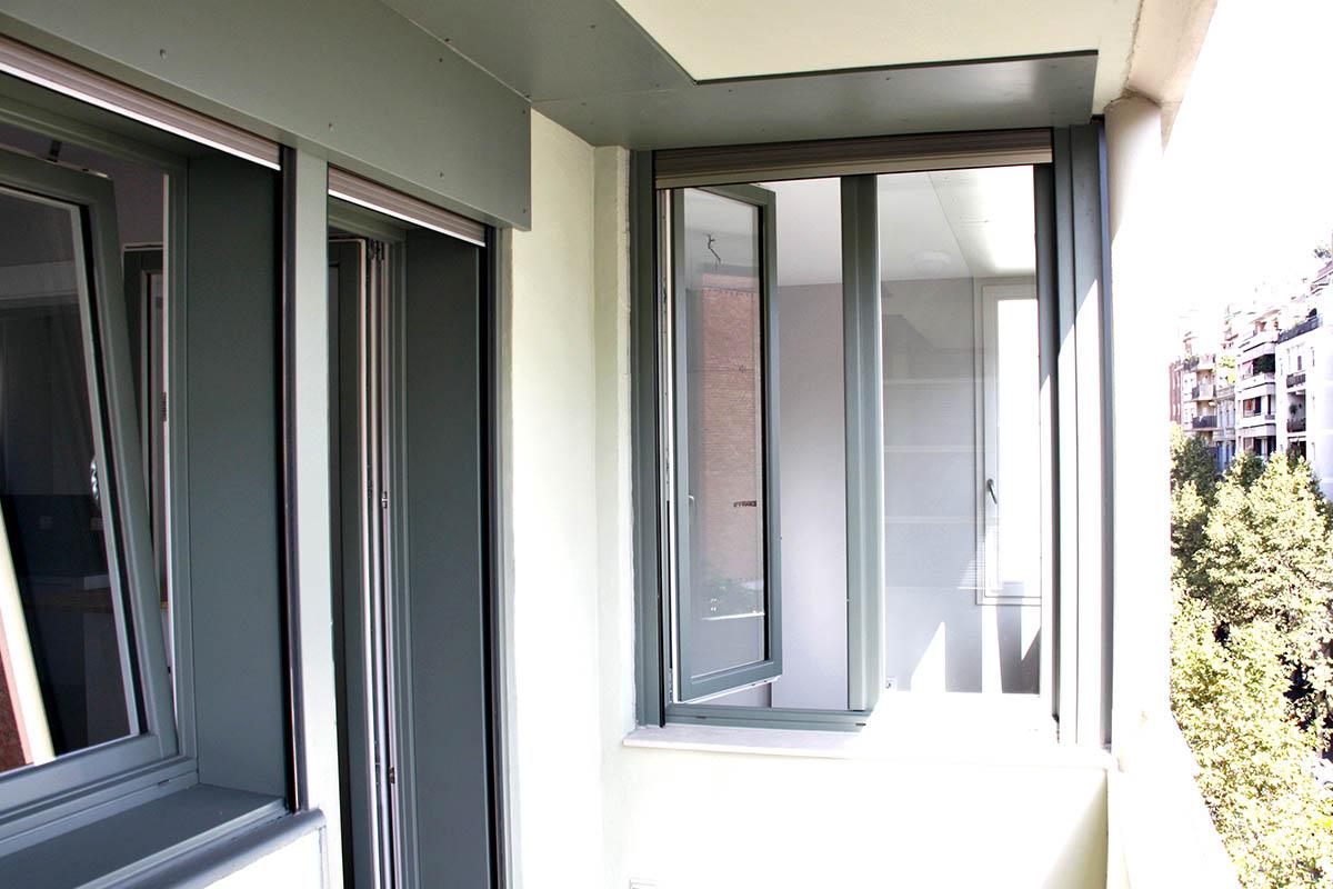 ventana balconera con persiana motorizada en piso de Sant gervasi en Barcelona - Carreté Finestres