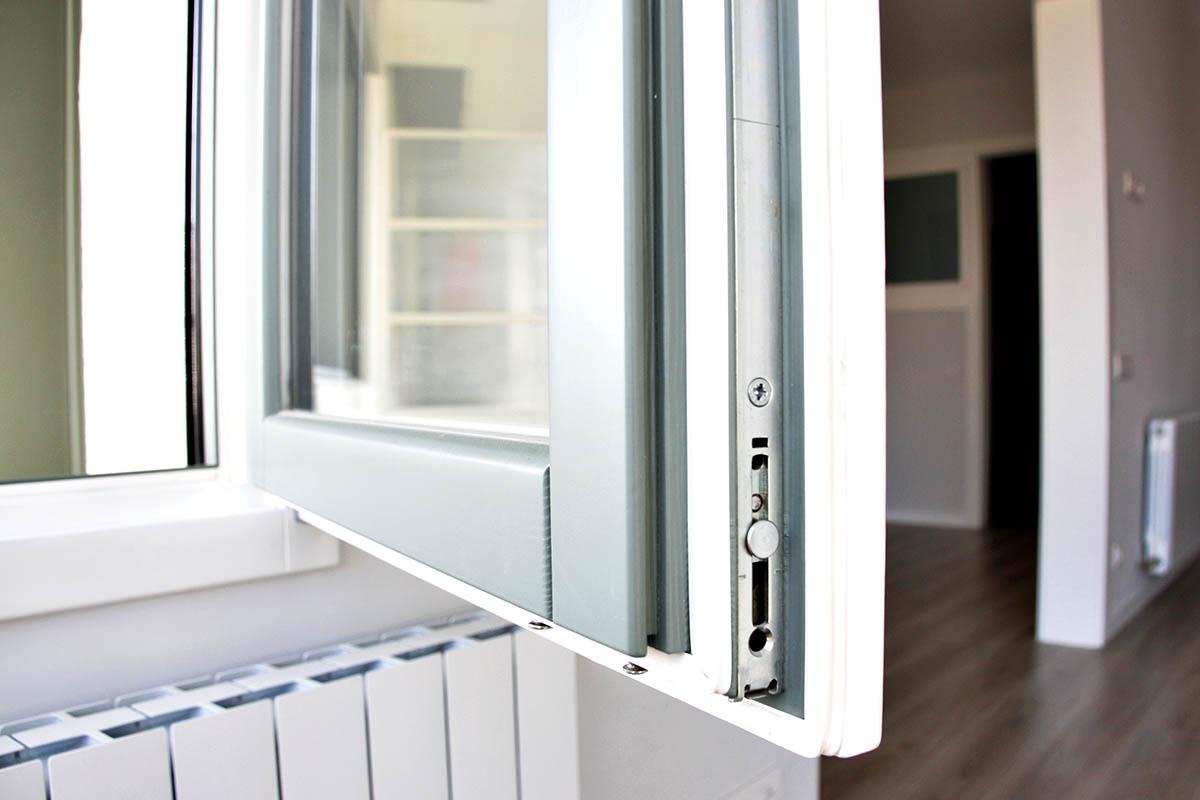 finestra de fusta a Barcelona amb aïllament acústic i tèrmic en pis a Sant Gervasi - Carreté Finestres