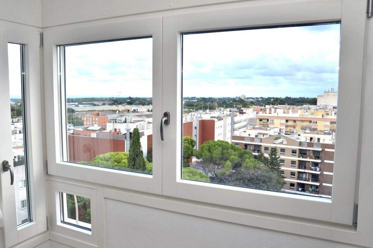 ventana de madera blanca pino lacado reus carrete finestres