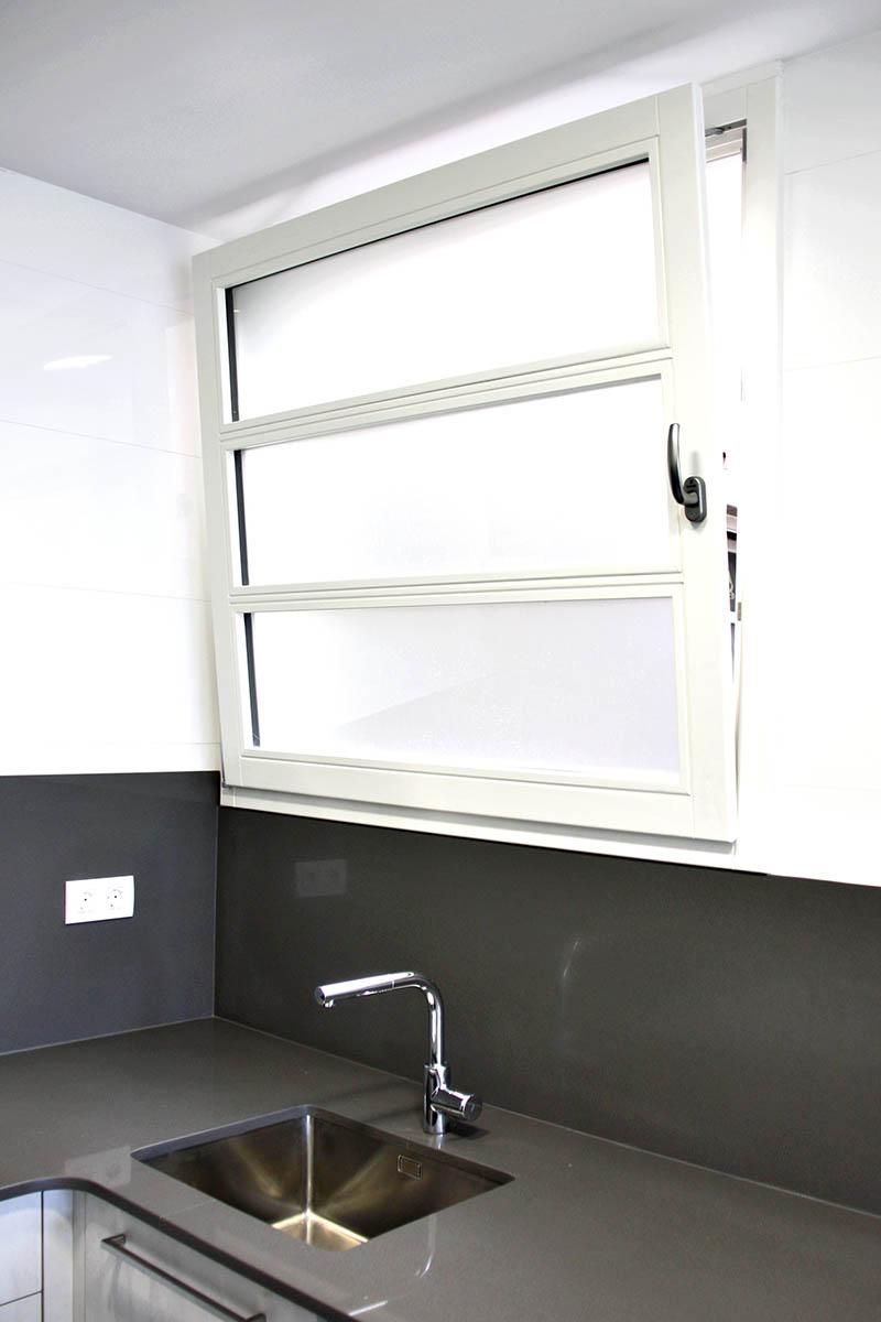 ventana de madera con lacado blanco en cocina de piso en Sant Gervasi en Barcelona - Carreté Finestres