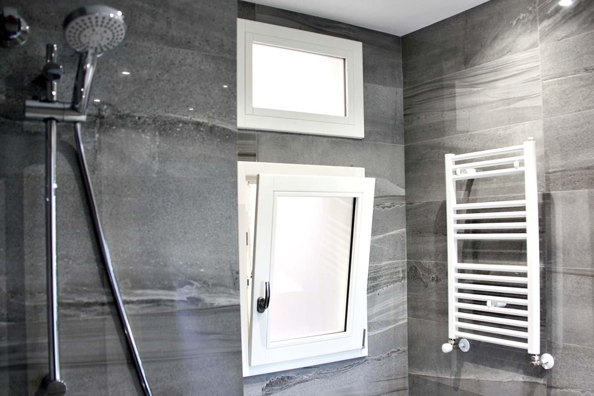 ventana de madera Silva 68 de Carreté Finestres en baño de calidad en piso en Sant Gervasi en Barcelona carrete finestres