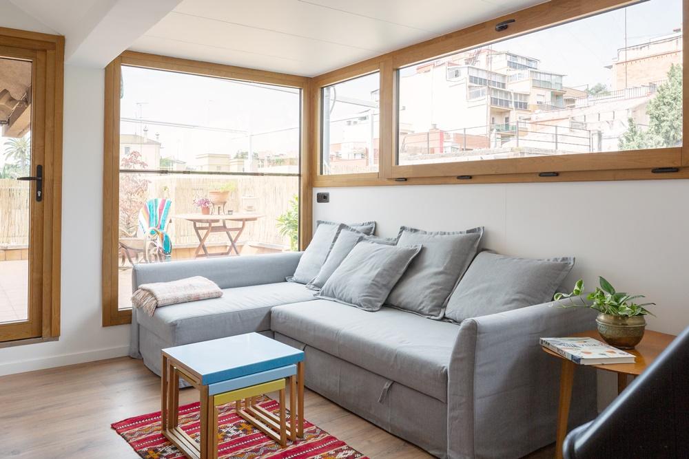 renovación de cerramiento de madera y aluminio con nueva puerta de acceso a la terraza en piso en Barcelona - Carreté Fienestres