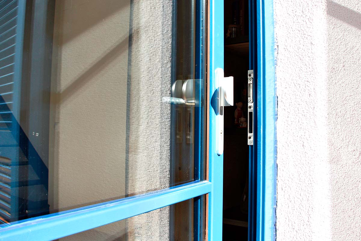 puerta de entrada de madera de diseño y seguridad en casa masía en el centro de badalona - Carreté Finestres