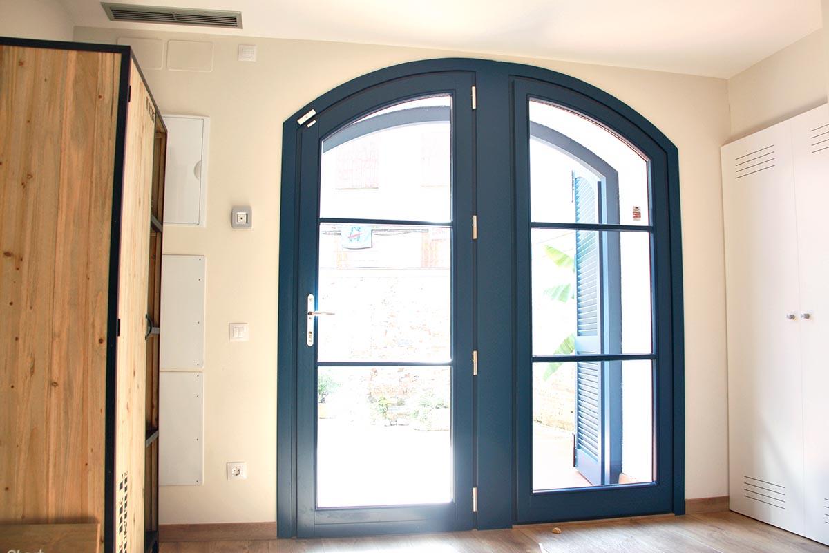 puerta de entrada de madera de pino de seguridad en casa masía de Badalona - Carreté Finestres