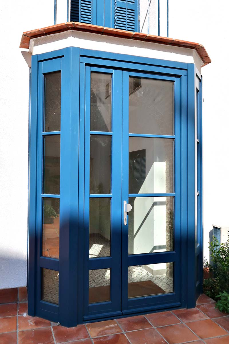 porta d'entrada de seguretat i qualitat a casa masia de Badalona - Carreté Finestres