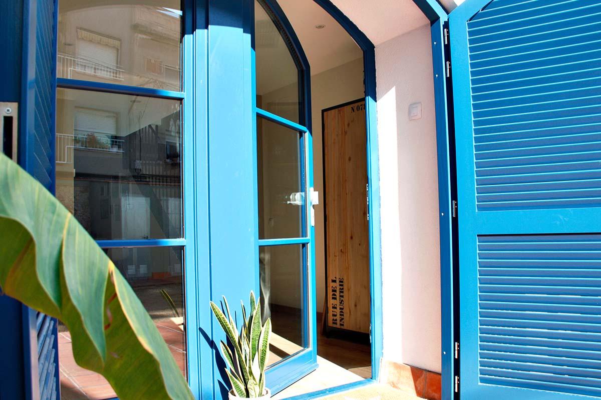 casa masia a Badalona amb finestres de fusta noves - Carreté Finestres