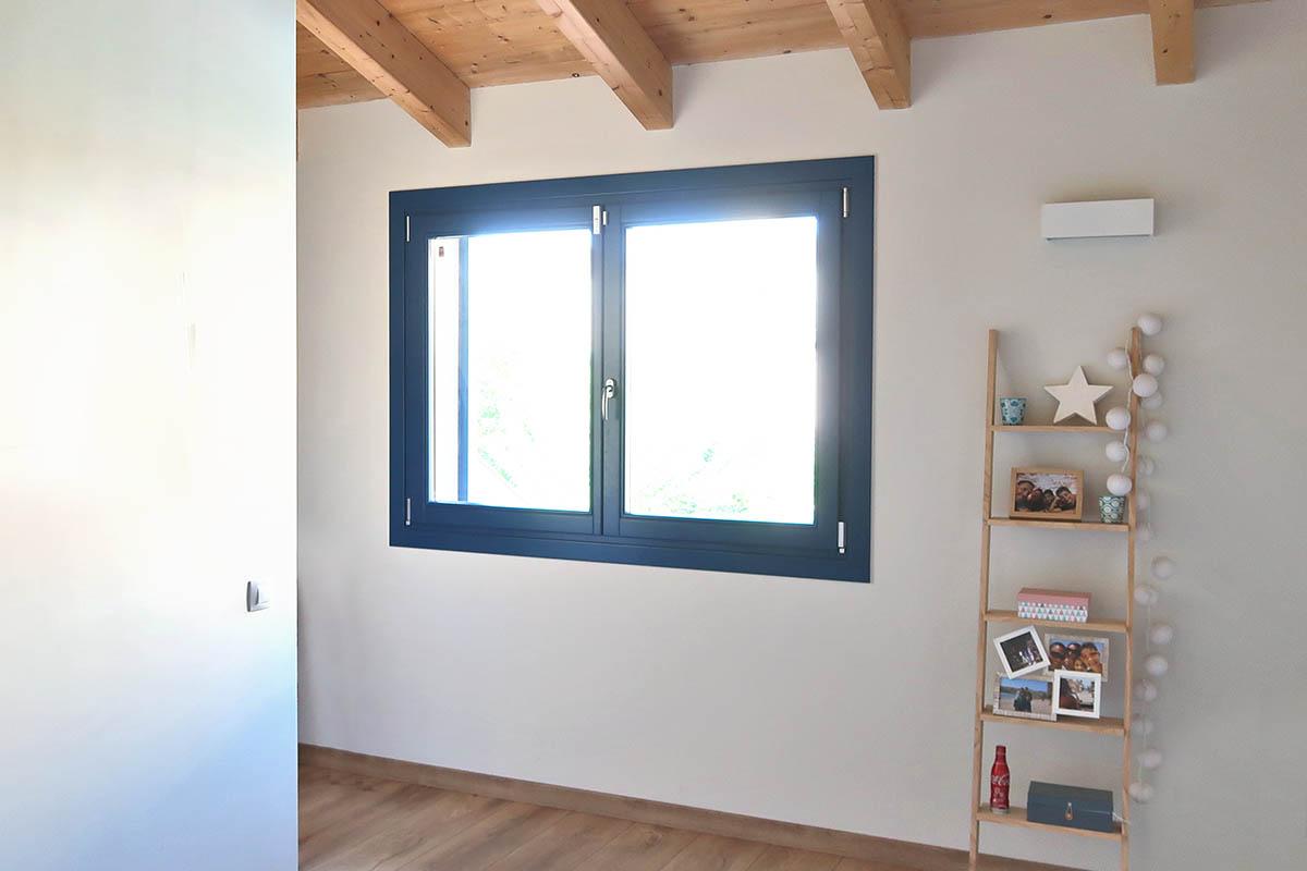 finestra de fusta amb aïllament tèrmic i acústic a casa masia a Badalona - Carreté Finestres