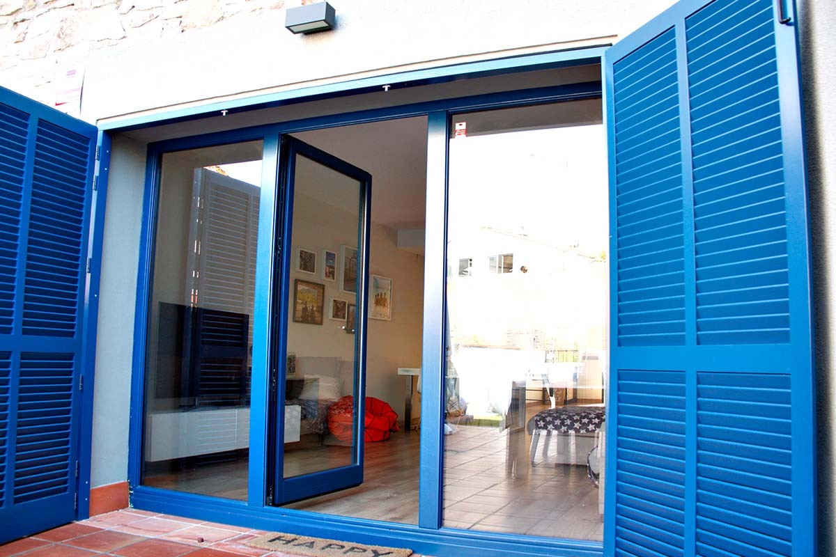 finestra de fusta balconera practicable a casa masia a Badalona - Carreté Finestres