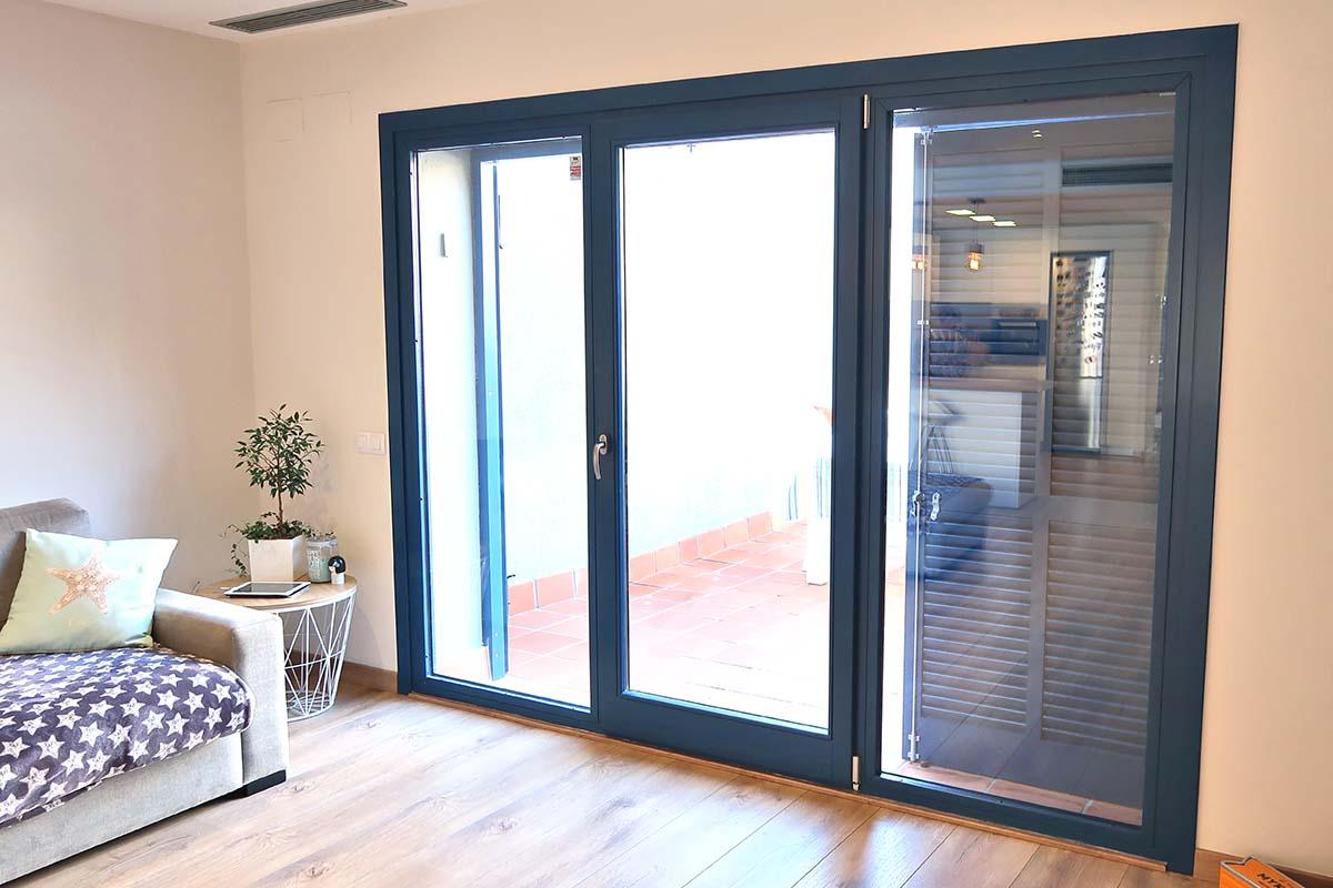 ventana de madera practicable de gran formato en casa masía en Badalona - Carreté Finestres