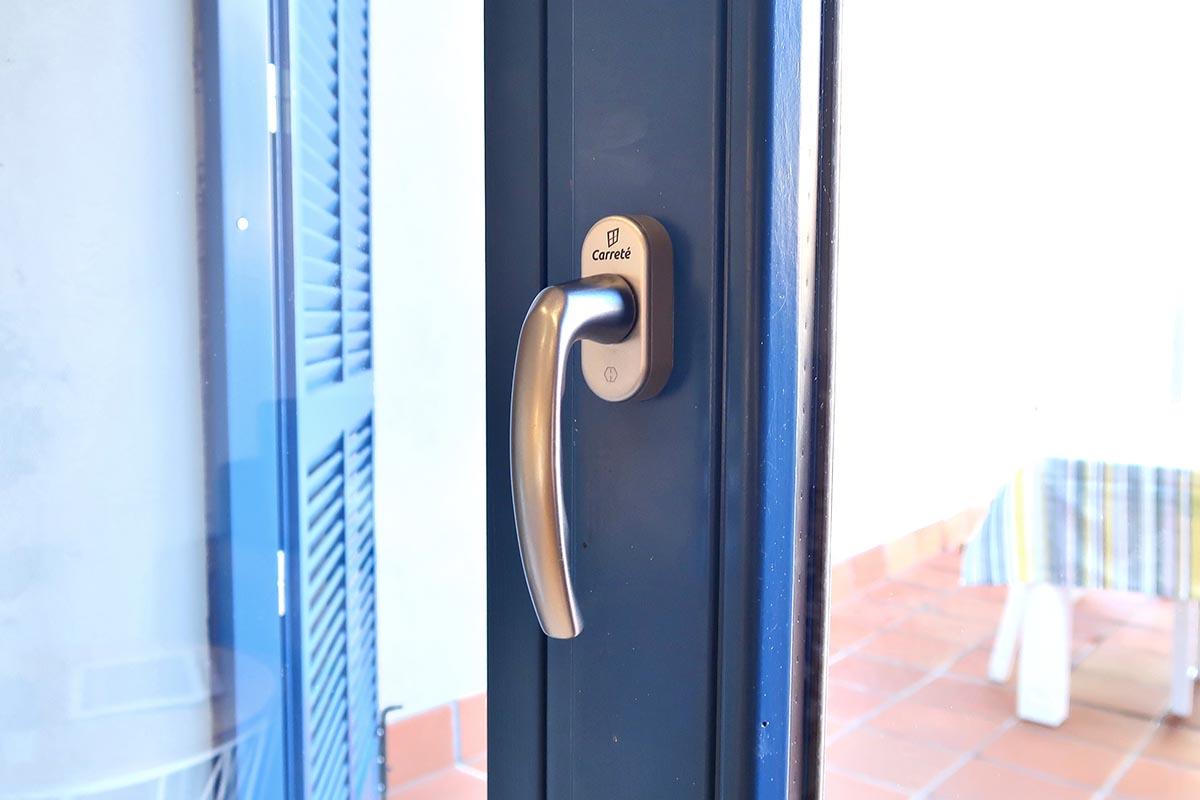 finestres de fusta de color blau a casa masia a Badalona - Carreté Finestres